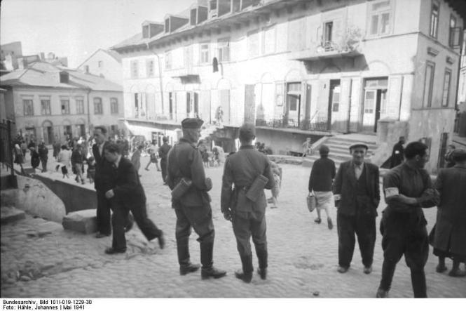 Polen, zwei Soldaten bei Stadtbummel